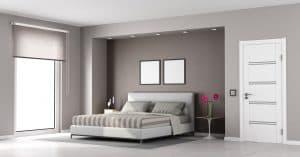 białe drzwi minimalistyczne w sypialni